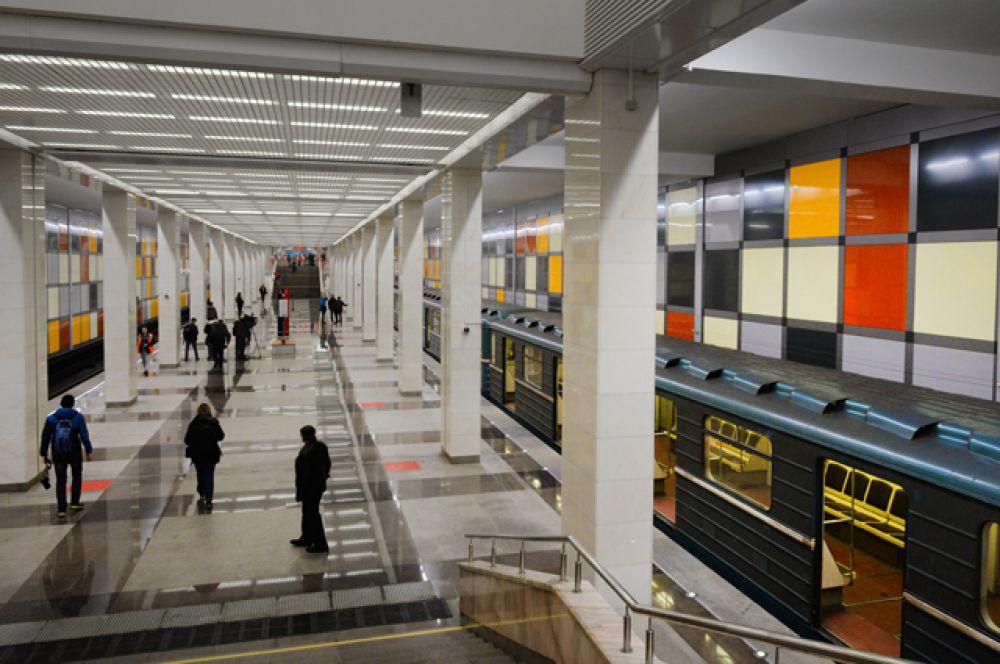 Первые пассажиры на платформе станции.