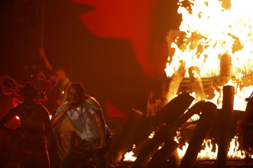 Огромный костёр появился на сцене во время выступления Кендрика Ламара.
