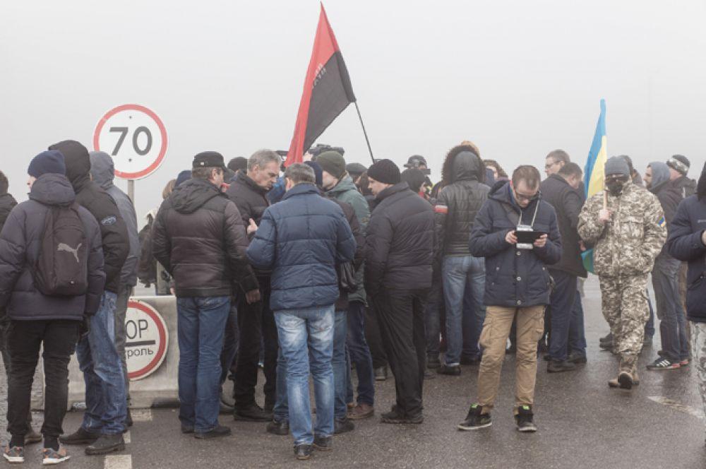 Украинские активисты на международном таможенном пункте Гоптовка, Харьковская область.