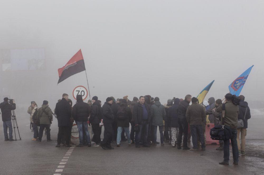 Часть российских дальнобойщиков с пониманием относятся к происходящему и разворачиваются, другие спорят, доказывая, что политика их не должна касаться.