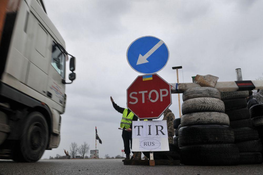 Они намерены останавливать на территории региона грузовики с российскими номерами, которые следуют в Словакию и Венгрию.
