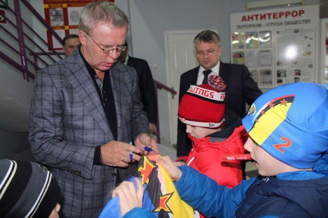 Вячеслав Фетисов с юными хоккеистами Нижневартовска.