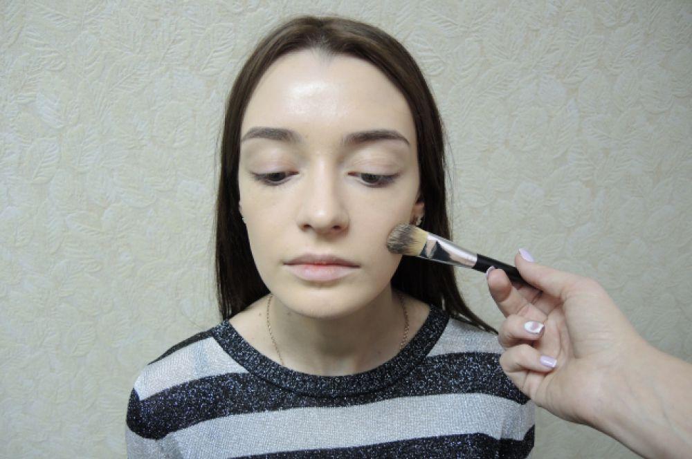 Основа дневного макияжа - ровный тон. Первым делом нужно нанестина кожу увлажняющую базу, дать время ей впитаться. Затем наносим тональную основу, максимально легкой текстуры. При необходимости можно припудрить рассыпчатой пудрой.