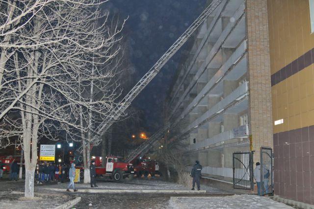 Студентам пришлось покидать горящее здание в спешке, захватив только самое необходимое. Фото с места событий.