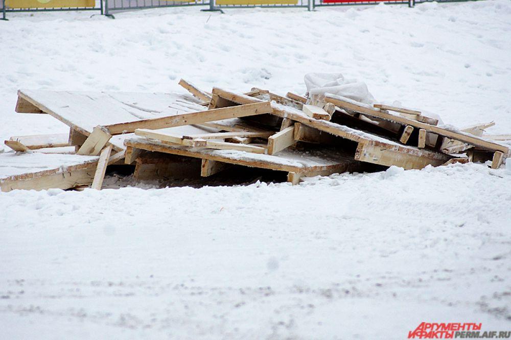И уже 15 февраля рабочие начали постепенное уничтожение конструкций на эспланаде.