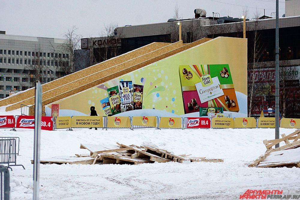 У здания Законодательного собрания вплоть до 28 февраля продолжат свою работу городской каток и горка для сноутюбинга.