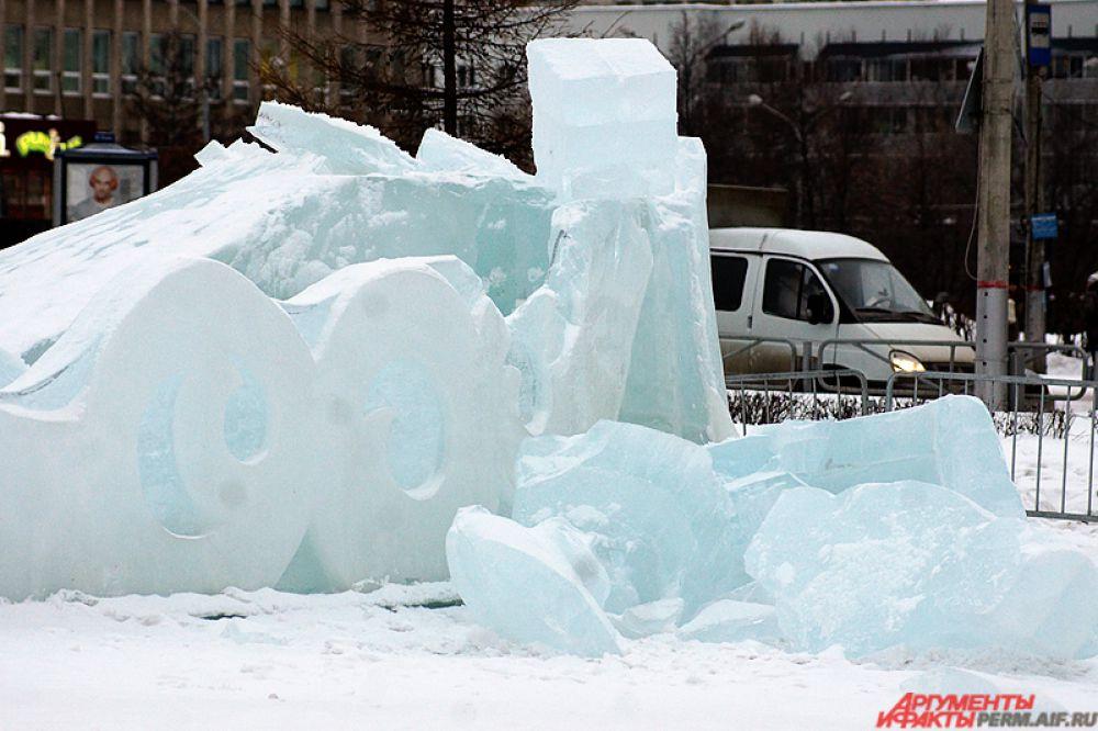 Ледовые скульптуры уже наполовину разрушены.