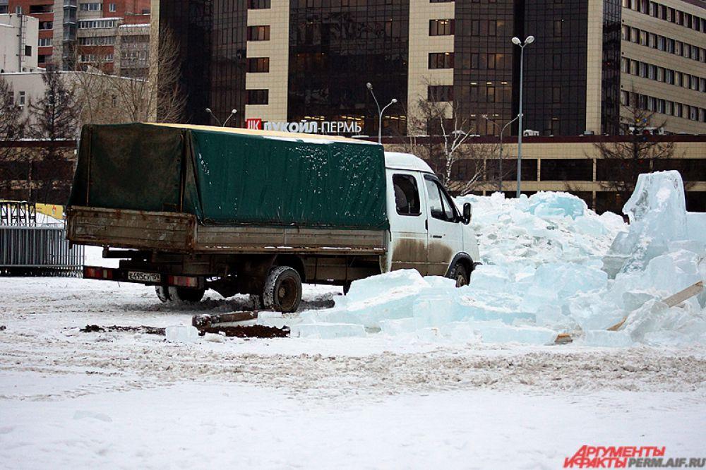 После этого экскаваторы начнут вывозить снег.
