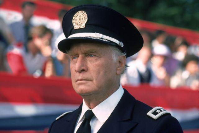 Джордж Гейнс в роли коменданта Эрика Лассарда в сериале Полицейская академия