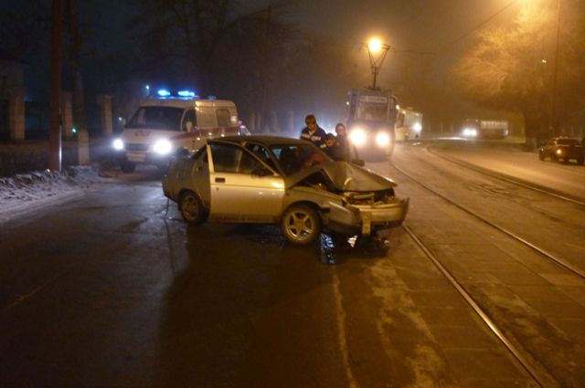 Водитель врезался в столб на оживлённой улице.
