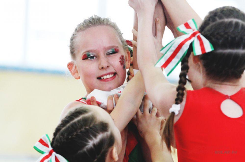 Чирлидинг - это не только танец, но и не простой спорт. Здесь нужна сила, растяжка и выносливость.