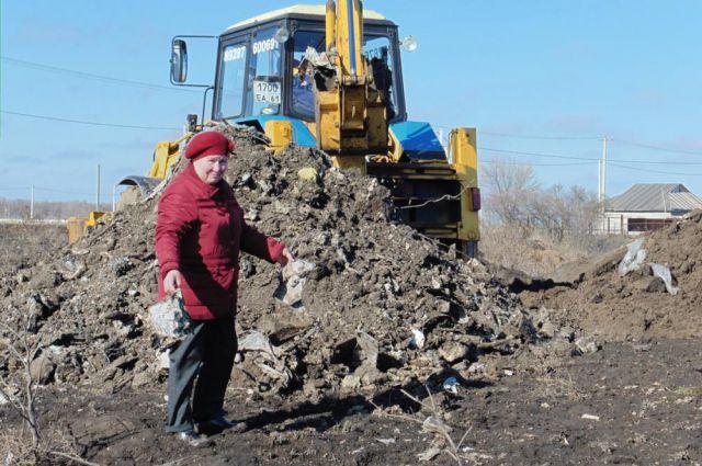 Мусор в хутор Ленина Аксайского района возили грузовиками.