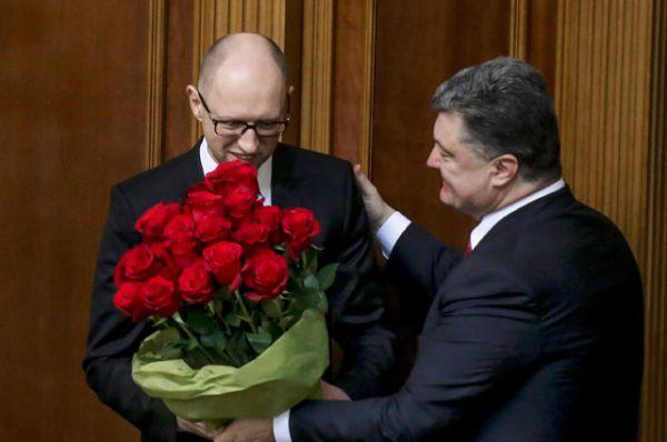 Премьер-министр Украины Арсений Яценюк (слева) и президент Украины Петр Порошенко на первом заседании новоизбранной Верховной рады Украины в Киеве, 27 ноября 2014.