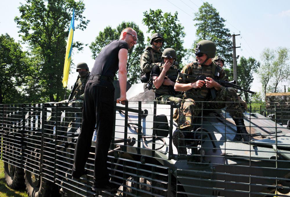 Премьер-министр Украины Арсений Яценюк (слева) общается с американскими военными во время совместных учений Fearless Guardian - 2015 на Яворивском полигоне.