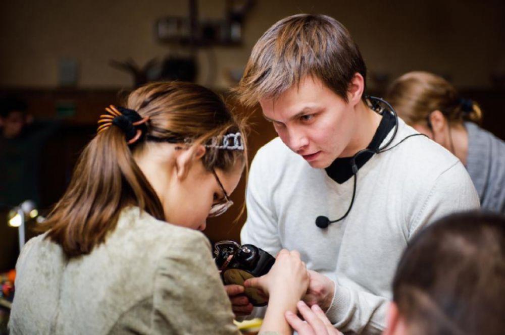 Дети увилят новый спектакль-невидимку «Чучело», восприятие которого основано на слуховых, кинестетических и обонятельных ощущениях.