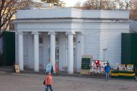 В этом историческом здании в Ессентукском парке и рядом с ним давно и бойко идет торговля.