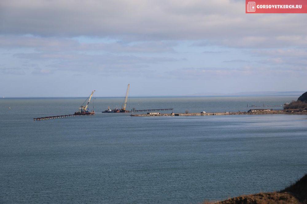 Строительство временного рабочего моста со стороны Керчи