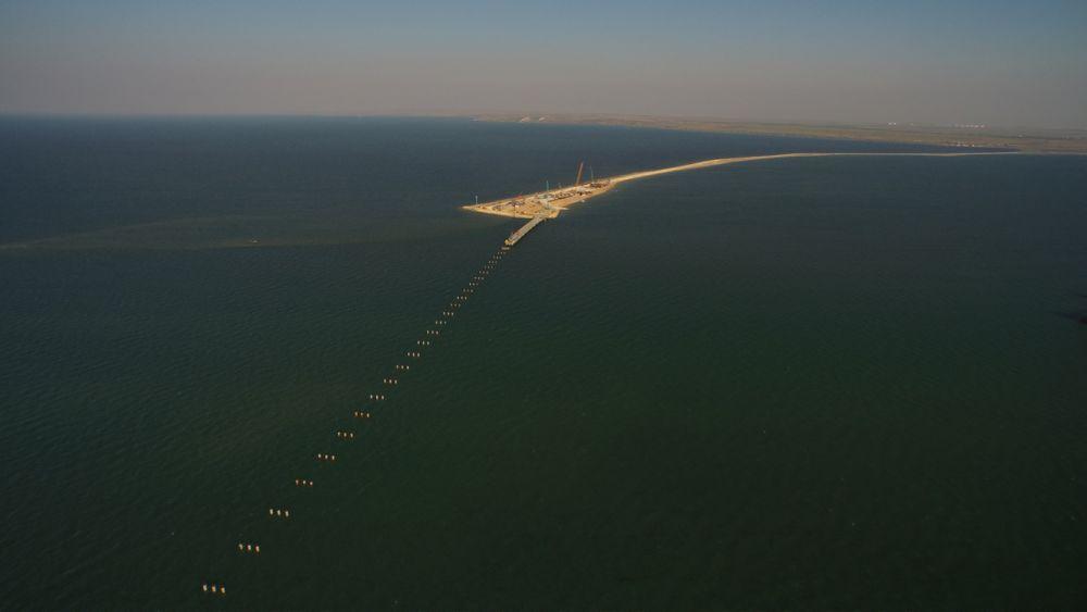 Сваи временного моста устанавливают на глубину 56 метров, чтобы они упирались в твердый грунт