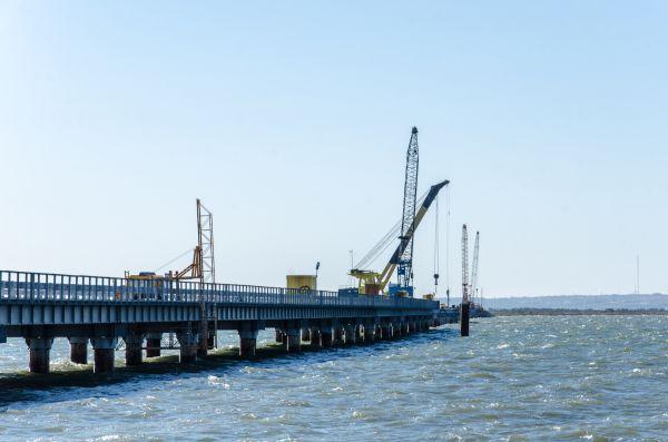 Рабочий мост должен выдерживать многотонные машины, которые будут идти по нему в обе стороны.