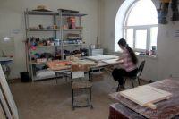 В иконописной мастерской царит атмосфера спокойствия