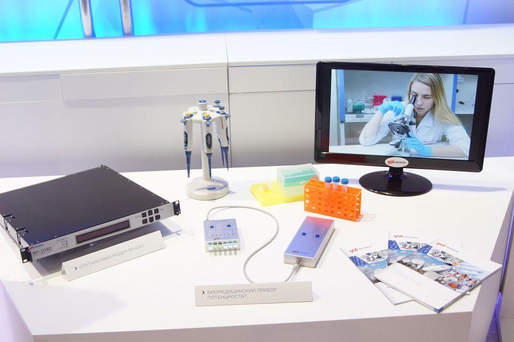 Спутниковый модем и биомедицинский прибор потенциостат.
