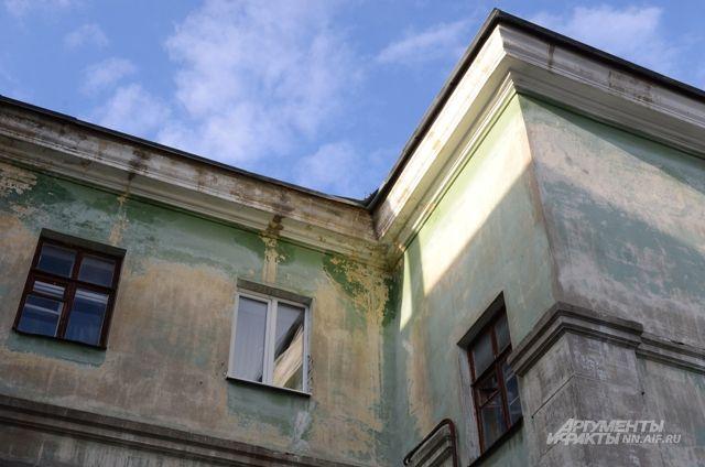 С крыши школы в Немане упал и разбился насмерть мужчина.