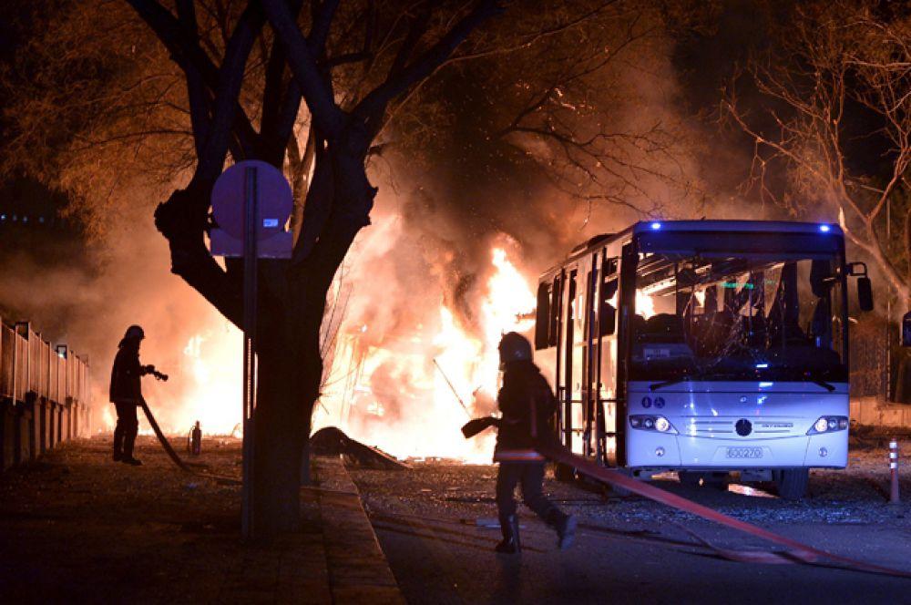 Взрыв произошел в центре столицы Турции, когда на оживленном перекрестке остановилась колонна, перевозившая военных.