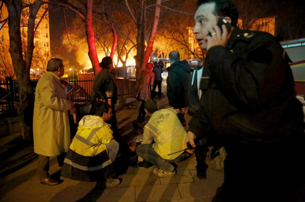 На место происшествия прибыли пожарные и спасатели.