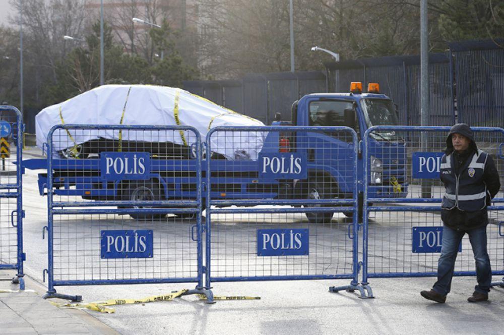 Улица в Анкаре, которая ведет к месту теракта, заблокирована. С места происшествия увозят автомобиль, повреждённый в результате взрыва.