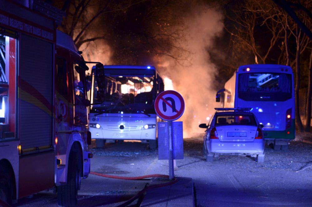 Всего в нескольких сотнях метров от места взрыва расположены общежитие для военных и здание генштаба Турции.