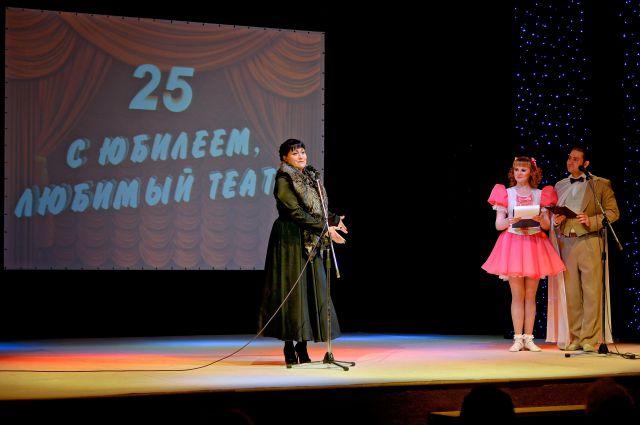 Нынешний директор театра Татьяна Сухонина поздравила артистов с праздником.