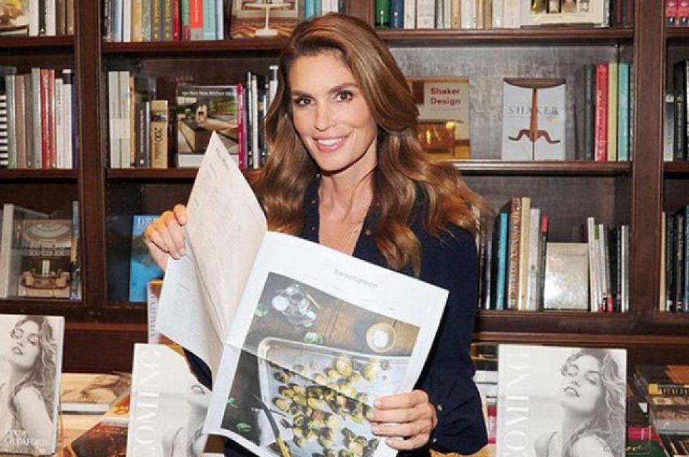 Накануне 50-летия в свет вышла её книга, в которой Кроуфорд рассказала о своей карьере и о том, чему её научил модельный бизнес.