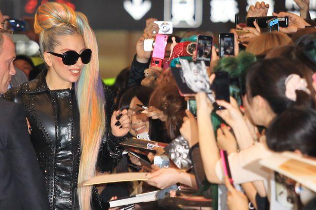 Леди Гага и фанаты.