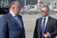 Гендиректор АО «Вертолёты России» Александр Михеев и управляющий директор АО «150 АРЗ» Яков Каждан обсуждают перспективы развития предприятия.