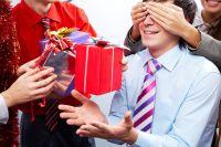 Есть организации, выбирающие оригинальные способы поздравления коллег
