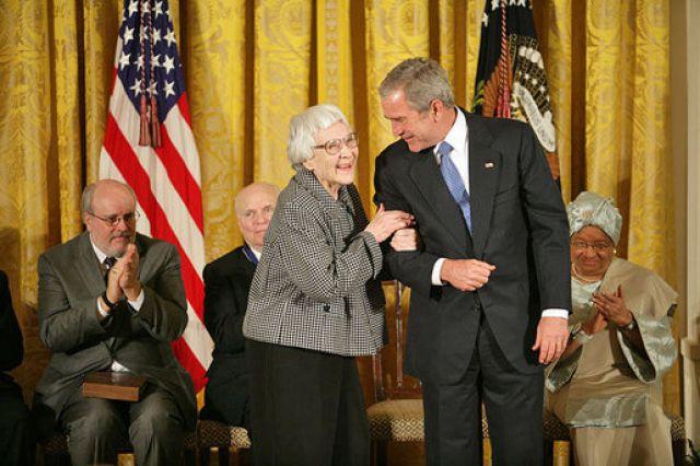 Харпер Ли с президентом США Джорджем Бушем-младшим во время вручения Президентской медали Свободы