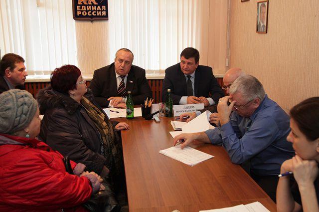 Игорь Ляхов и Франц Клинцевич с жителями Рославля.