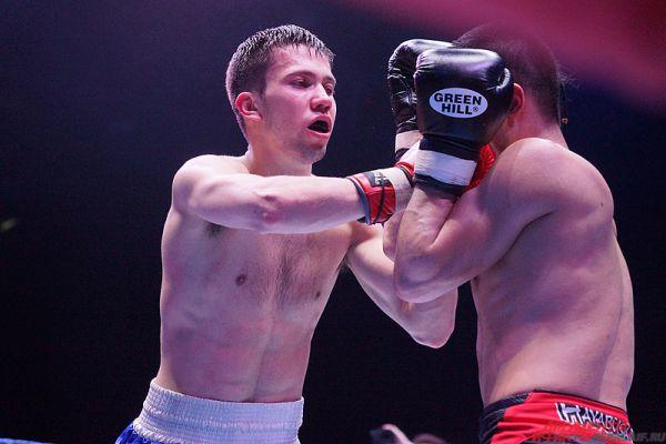 Многие поединки были напряженными и победитель после четырех раундов определялся лишь по мнению судей.