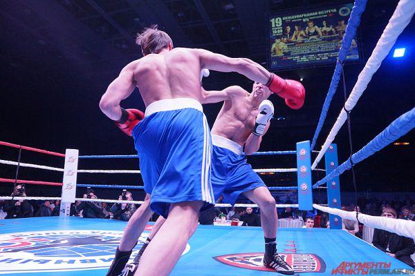Первый бой прошёл по дисциплине таффайт. Особенностью единоборства является то, что спортсменам необходимо продержаться на ринге в течение одного раунда, который длится 12 минут.
