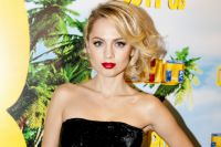 Актриса поддерживает связи с родными и друзьями из Омска.
