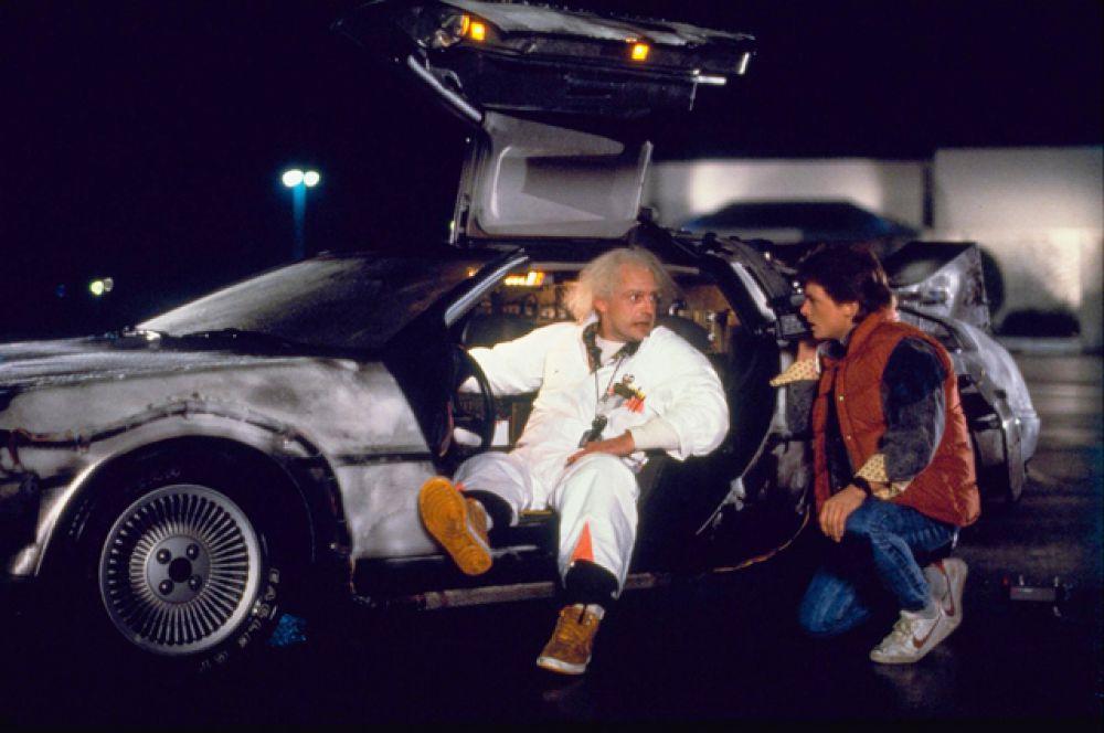 DeLorean DMC-12 как у Марти Макфлая мечтали купить многие фанаты фильма «Назад в будущее». А тот самый автомобиль, которым управлял актёр Майкл Джей Фокс, был продан на голливудском аукционе за 540 тысяч долларов.