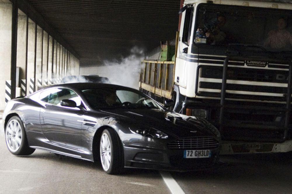 Машины агента 007 не первый раз выставляются на торги. В фильме «Квант милосердия» Дэниел Крейг ездит на двухдверном купе Aston Martin DBS, который был продан за 390 тысяч долларов на на аукционе в честь 50-летия суперагента.