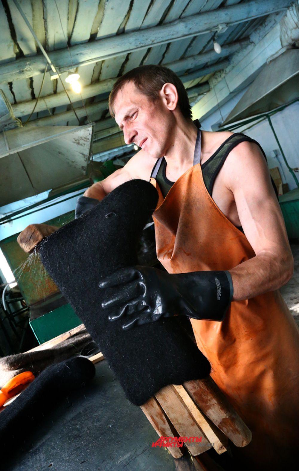 Голенище валенка нужно обработать, чтобы шерсть не сползла