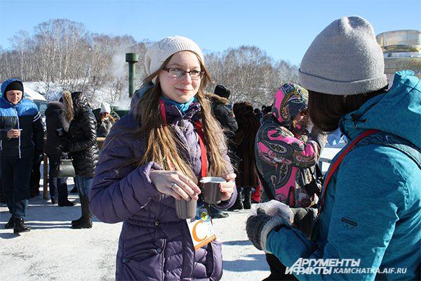 Гости праздника согревались бесплатным «Берингийским» чаем.