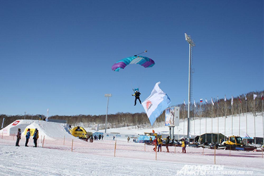 Спортсмен прыгал с флагом Камчатского края.