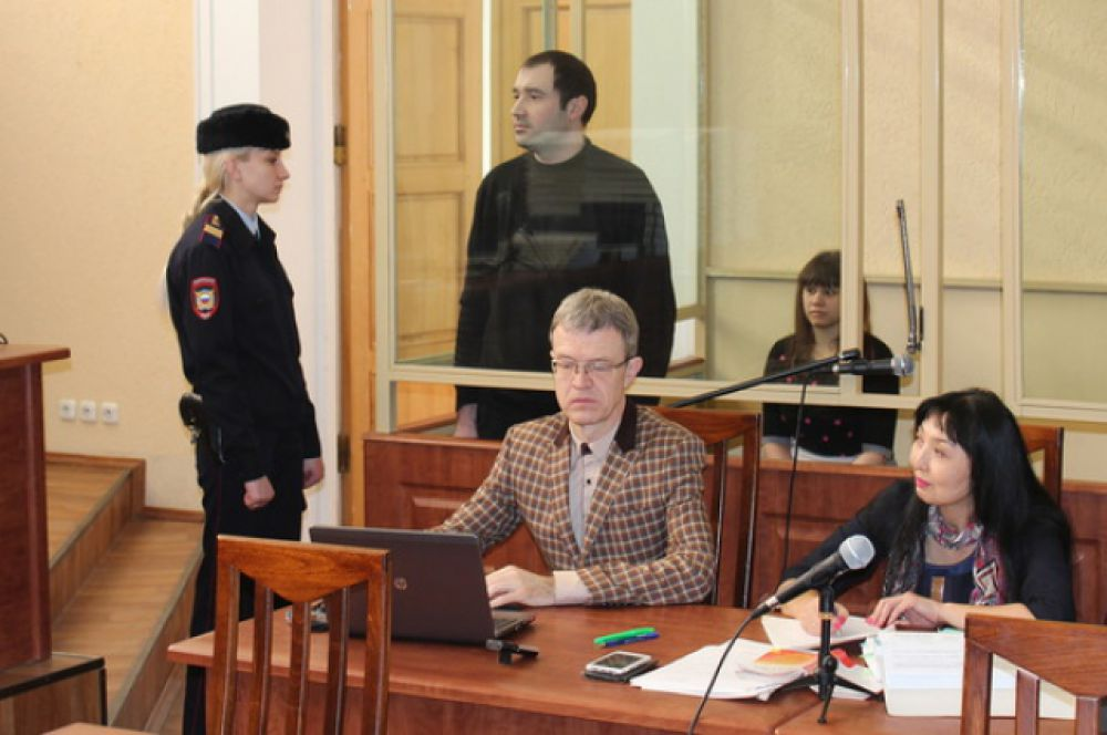 Участники банды: бывший инспектор ДПС Сергей Синельник и его жена Анастасия Синельник (в глубине кадра).