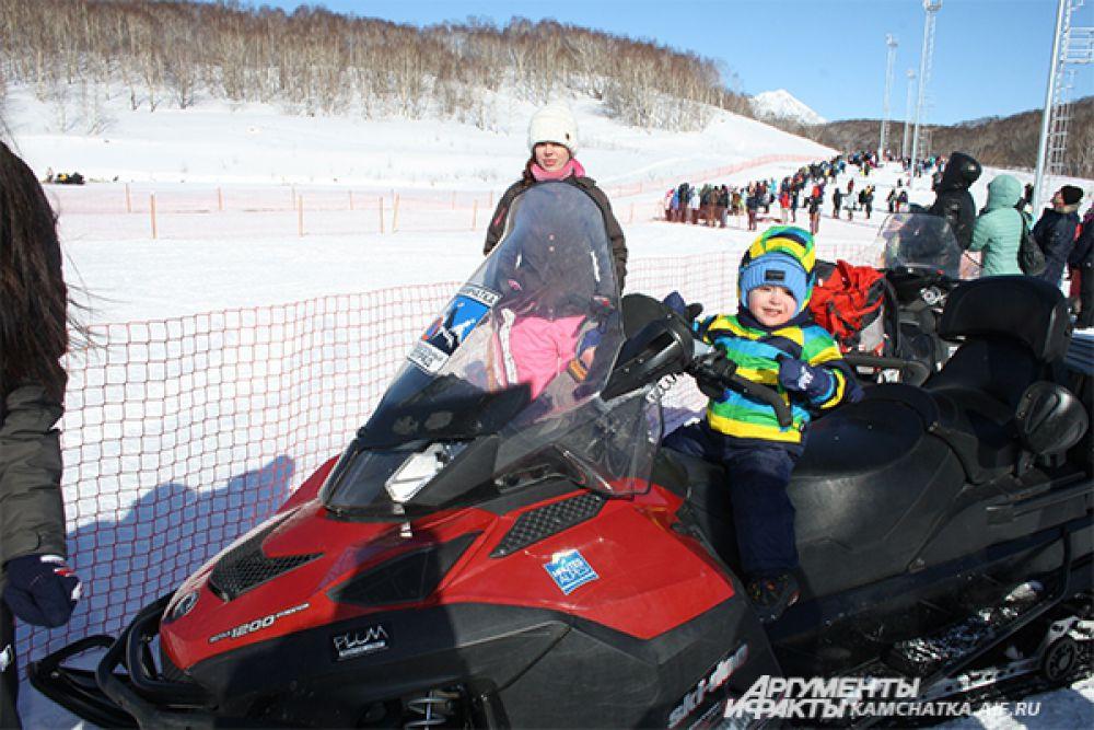 Гости праздника могли покататься на собачьих упряжках и снегоходах...