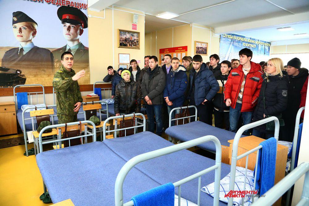 Пришедшие на день открытых дверей побывали в казарме для курсантов