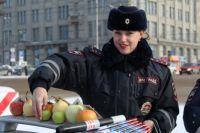 Водителям, не нарушающим правила, подарили фрукты