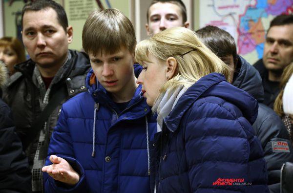 Будущие курсанты и их родители в музее училища